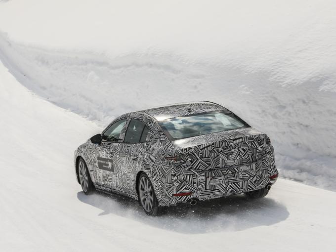 ▲雪まみれの狭い林道を高速で駆け抜ける。アップダウンはもちろん、凹凸や轍、逆バンクがついたコーナーが混在する、まるでラリーコースのような状況。少しでも挙動を乱せば雪の壁に突っ込んでしまうようなコースだ。ここを高速で走るには運転技術はもちろん、それ以上に車の性能が高くなければはっきりいって「危ない」