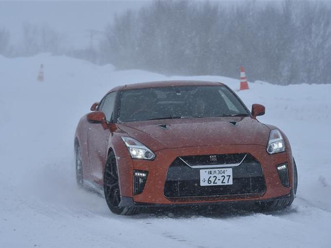 ▲スポーツカーらしい走りとシートのホールド性とで、雪上でもスポーティな走りを楽しめるのがGT-R