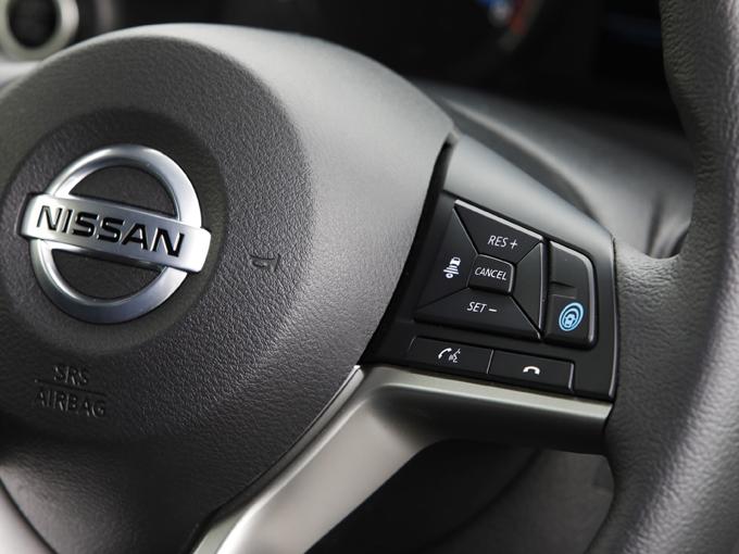 ▲ステアリングのスイッチで簡単にACCを作動させることができる。軽自動車初となる完全停止までコントロールが可能。また停止後3秒以内の再発進も、なんと自動だ