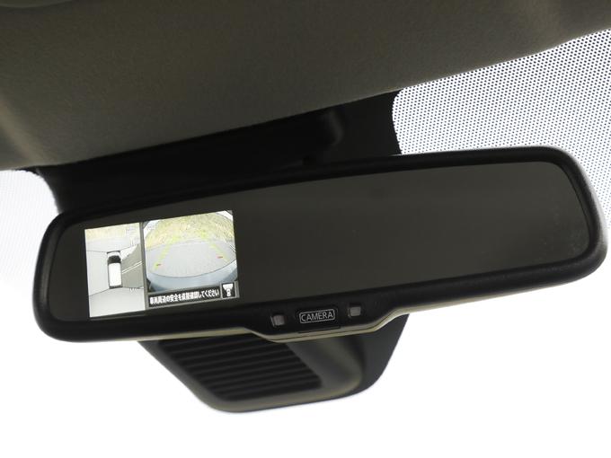 ▲後退時にはルームミラー内臓のディスプレイに車両周りの様子を映し出せる「インテリジェントアラウンドビューモニター」が装着可能