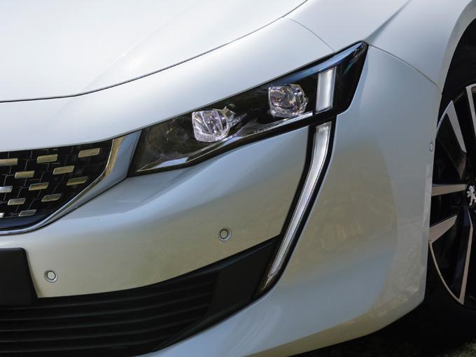 ▲特に左右ヘッドライトのLEDの車幅灯が特徴的。牙のように下方に伸びている
