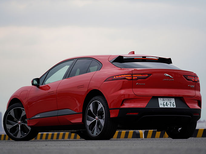 ▲力強い印象のあるフェンダーにも空気を流している。デザイン面だけではなく、走行安定性にも貢献しているのだ