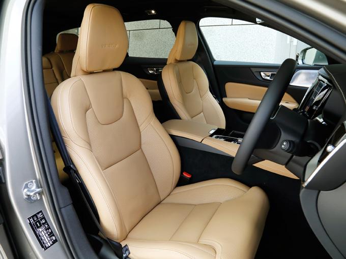 ▲ドアを開けると質感の高いシートが出迎える。ボルボのこのクラスのシートは、他の欧州車にはない優しく包み込む安心感がある