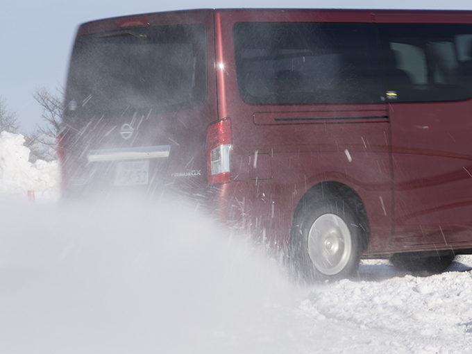 【試乗】日産 NV350キャラバン/スカイライン│雪上でクルクル定常円旋回! 全く異なる2台を、ドリフト状態に持ち込みテスト