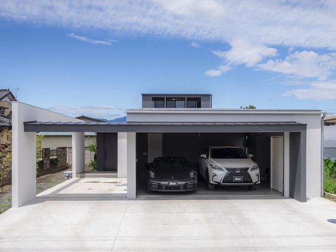 愛車が収まるガレージという遊び場の奥に、いくつものキューブが積み重なる家【EDGE HOUSE】