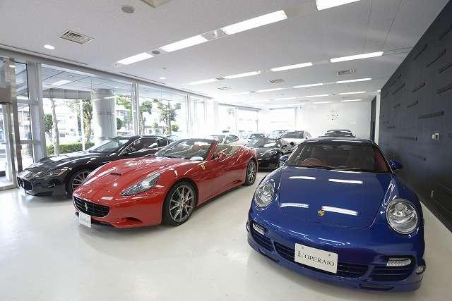 全天候型の広々としたショールームにはスーパーカーが勢揃い!