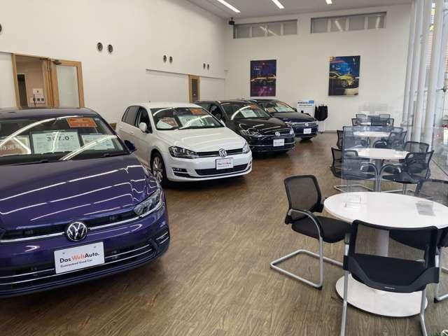 新車ショールームになります最新型のVW車を展示中でございます。キッズスペースもございますのでご家族の方もご安心下さい
