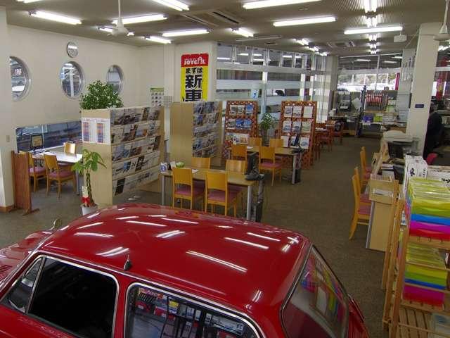 人気の新車カタログも多数ご準備しております。店舗内には当社鈑金塗装部のレストア作品も展示中です。