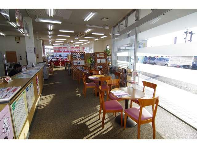 店内は気持ちのいいカフェ!整備の待ち時間もくつろいでお待ちいただけます。
