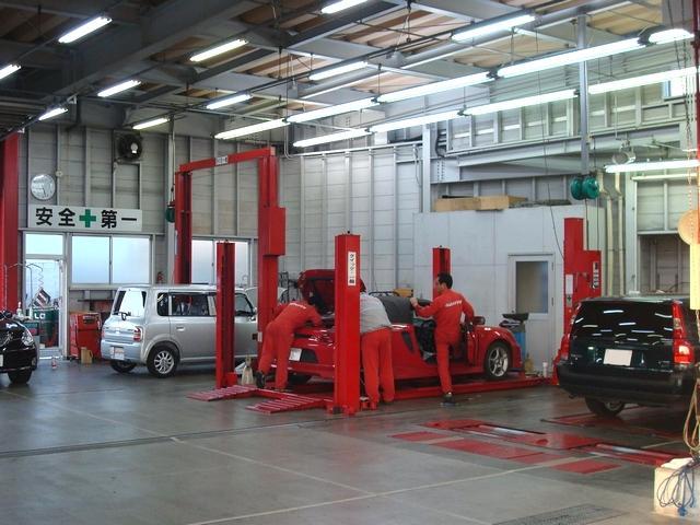 5つのワークベイ、3つの洗車ベイ、そして検査ベイを備えた陸運局指定民間車検工場です。最新の設備で整備を実施いたします。
